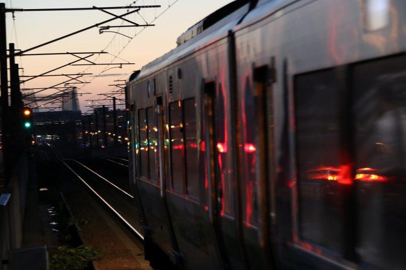 ラッピング列車 733系 B-3106 夕日 稲積公園駅
