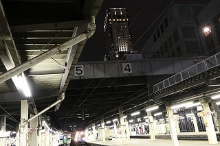 スローシャッターで光線を-0.5秒で遊ぶ夜の札幌駅