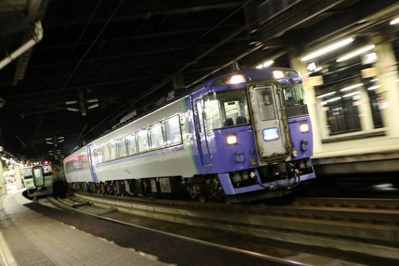夜の駅 流し撮り キハ183系 北斗