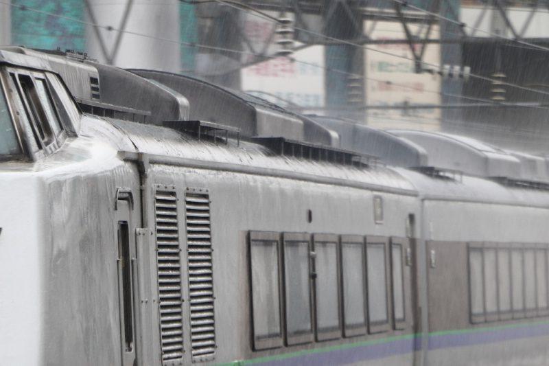 列車 打ち付ける雨 車体 雨降り