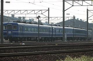 キハ183-6001と14系客車4両と養生が取られてきた研修棟-朝の札幌運転所