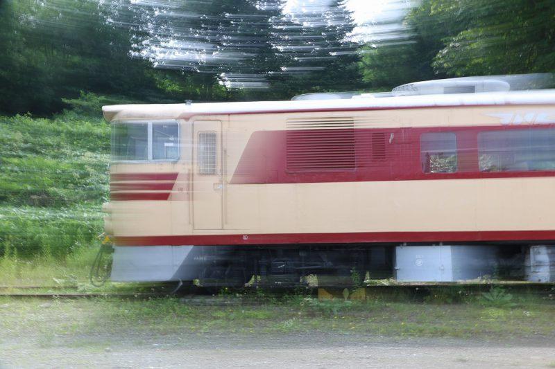 流し撮り 列車 止まっている列車