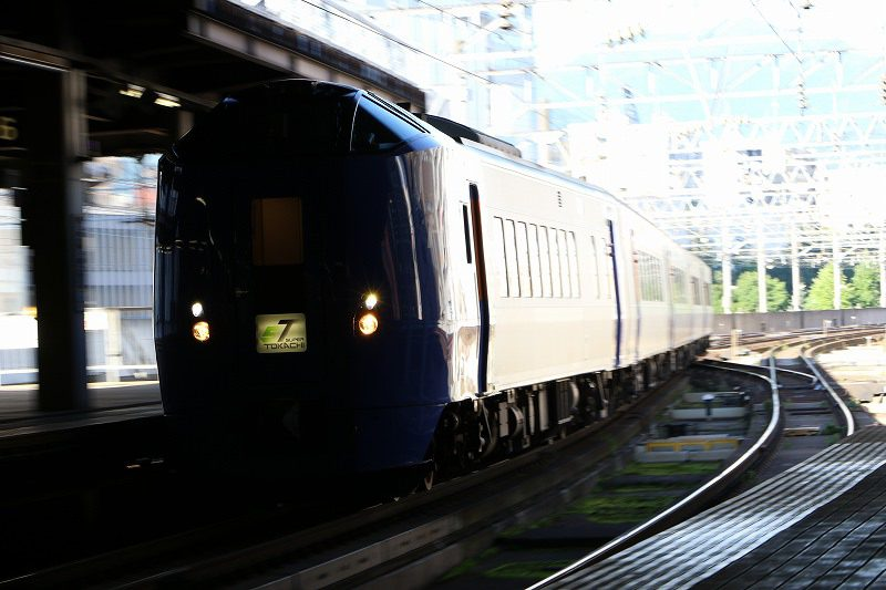 スーパーとかち キハ261系 キロ261-1107 札幌駅 逆光