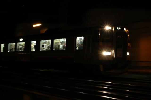 夜間撮影 列車 アンダー 真っ暗