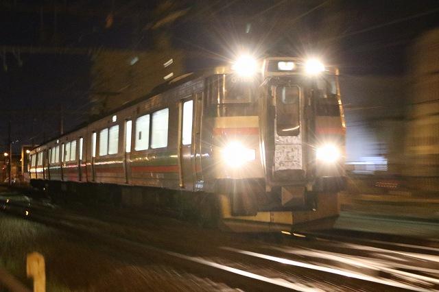 列車 夜間撮影 ライトまともに 眩しい