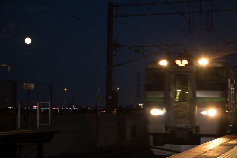 月 733系 夜の稲積公園駅