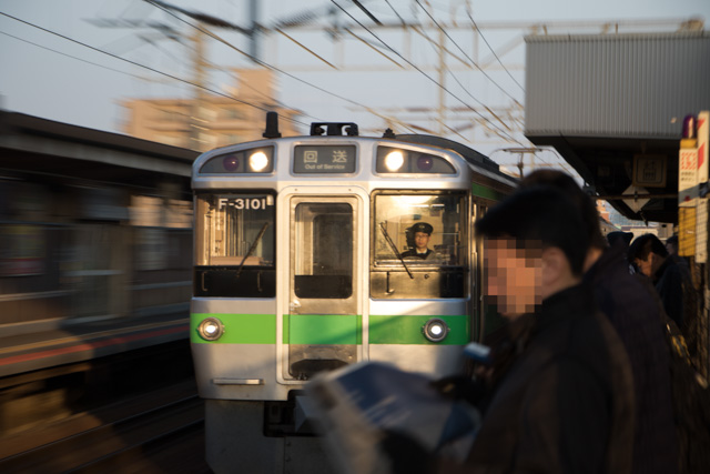 朝の撮り始め 稲積公園駅 回送電車