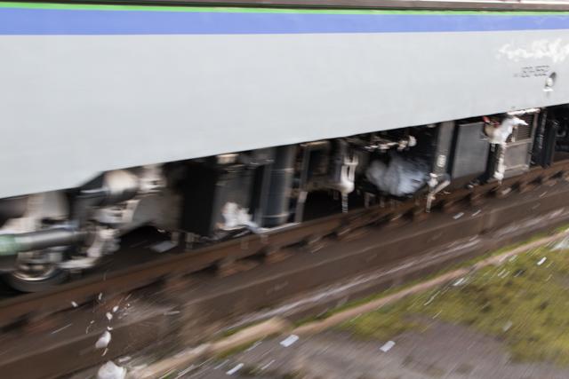 列車から落ちる氷の塊