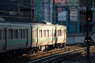 少しだけ雪を付けて回送入線したオホーツク-まだ雪のない札幌駅
