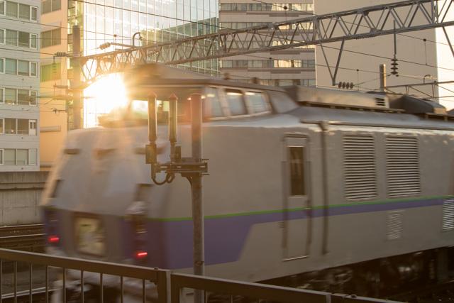 逆光 列車 反射太陽