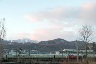 札幌に四季島がやってきた-札幌運転所へ向かう朝の四季島10両全てを流し撮る