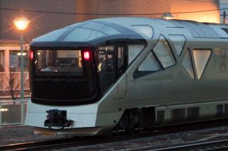 手稲駅付近で札幌運転所からの四季島を見送る-左右で違った窓のデザイン