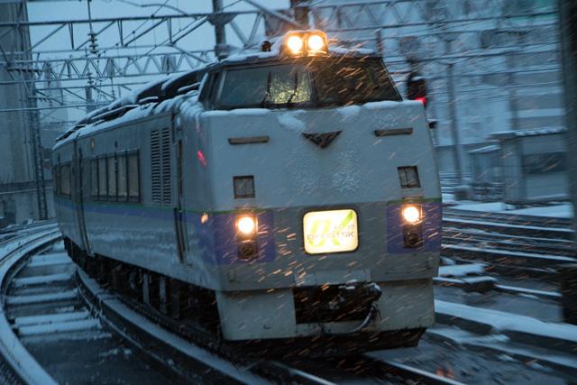 雪の中 入線 札幌駅 オホーツク1号
