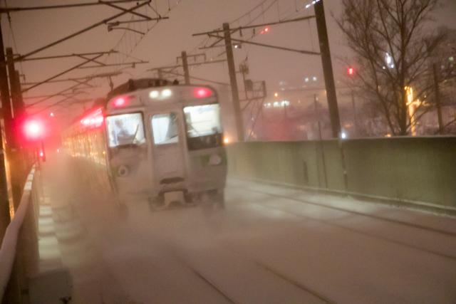 夜間撮影 雪煙 普通列車