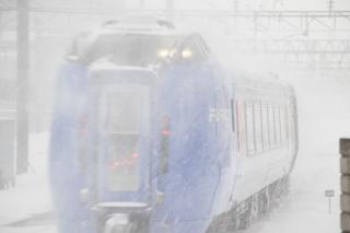 雪煙を上げながら雪の中に消える列車たち-いつもと同じ朝の札幌駅で
