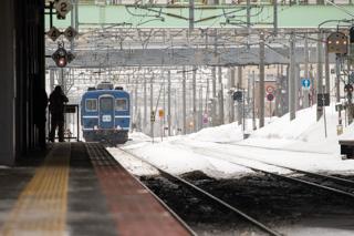 札幌運転所から移動する14系-レッドベアに引かれ手稲駅を出発