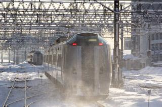 朝日を浴びて札幌駅へ向かうスーパーおおぞら-晴れた朝の時間は寒すぎる