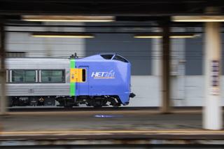 スーパーおおぞら1号はグリーン車2つのWキロ-札幌運転所方へ向かったDE10-1691