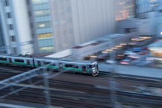 上から見下ろす列車を超スローシャッターで-試運転表示のキハ40と回送のキハ261系