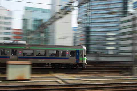 所定に戻りつつある朝の特急列車-ボーッとしていて色々取りこぼす