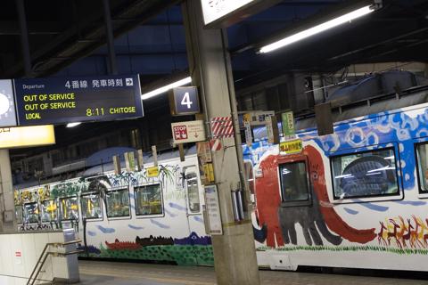 4番線に旭山動物園号が入線-回送出発は臨時北斗84号と同じ時刻で