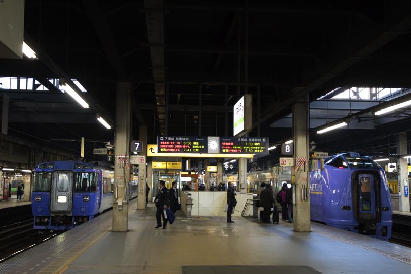 オホーツク1号と特急宗谷が遅れた朝の札幌駅で撮った電光掲示板