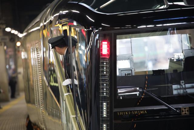 朝の時間札幌駅へやって来たトランスイート四季島をのんびり撮る-気になる禁止の表示