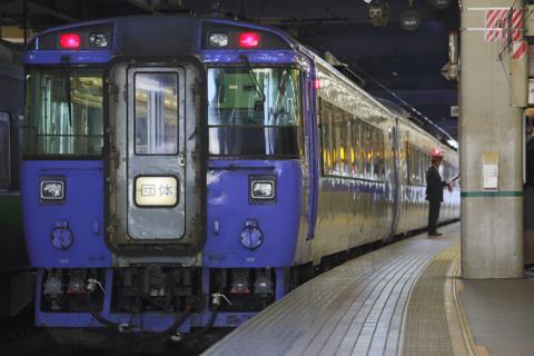 苗穂方から直接入線した集約臨-札幌駅西改札上部にも団体新函館北斗と表示されていた