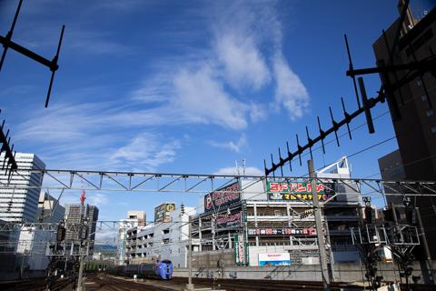 特急宗谷にも続く代走ノースレインボーEXP-キハ283系の回送列車が4番ホームから出発!